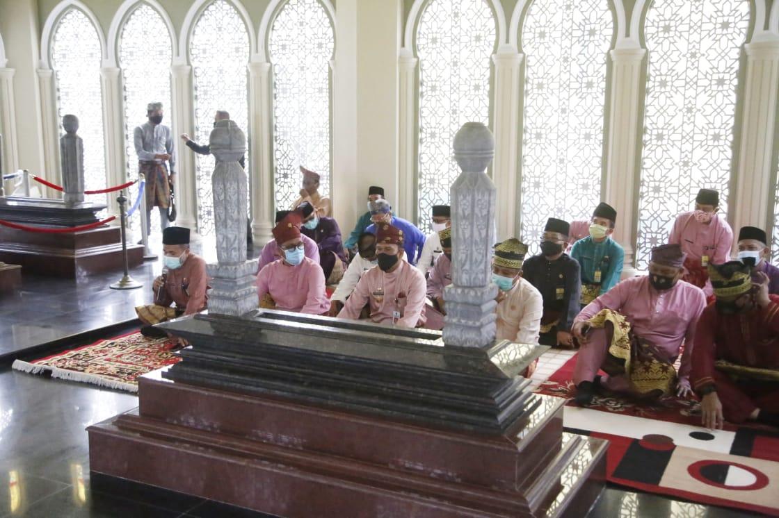 Ziarah Makam Pahlawan Nasional Sultan Syarif Kasim II, Pjs.Bupati: Mari Kita Ambil Suri Tauladan Per