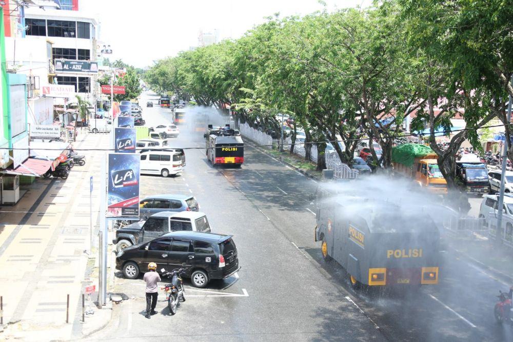 Cegah Penyebaran COVID-19, Polda Riau Lakukan Disinfektan Skala Besar