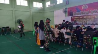 Ribuan Orang Ikuti Vaksinasi Massal di Kodim 0313/KPR, Kampar