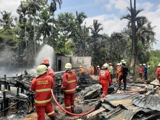 Dua Rumah Petak Terbakar, DPKP Kerahkan 6 Mobil Pemadam Kebakaran Jinakan Api