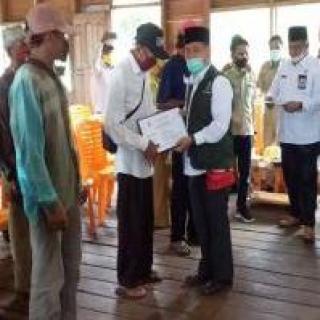 Bupati Pelalawan Serahkan BLT Tahap II ke Masyarakat di Tiga Desa Kecamatan Kuala Kampar