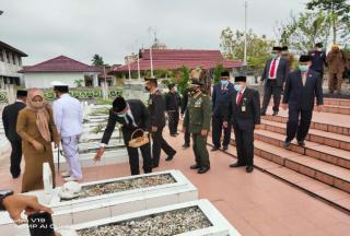 Peringati Hari Pahlawan, Pjs Bupati Rohil Ziarah ke TMP Kusuma Bakti