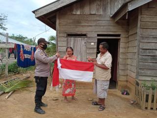 Kisah Haru Polisi Di Inhu Antar Bendera Merah-Putih Ke Suku Pedalaman