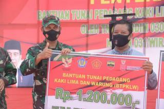 Danrem Serahkan Bantuan Pemerintah Rp 1,2 Juta untuk 5 ribu PKL dan Warung