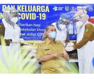 Wabup H.Syamsuddin Uti melakukan Penyuntikan Vaksin Hari ke-2 Pelaksanaan Vanksinasi dilingkungan Pe