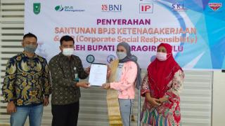 Bupati Rezita Serahkan Santunan BPJS Ketenagakerjaan dan CSR