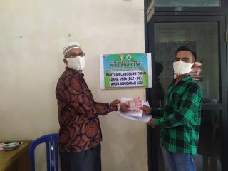 Kepala desa koto tuo Kopah Serahkan Bantuan Lansung Tunai Di Kantor kepala Desa.