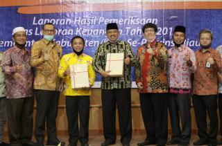 Ketua DPRDSiak Azmi Dan Bupati Siak Terima PenghargaanPredikat WTP Kabupaten Siak Yang Ke-9