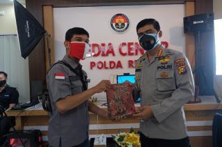 Polda Riau Serahkan Bantuan Berupa Masker Kepada Insan Pers