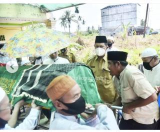 Wabup H.Syamsuddin Uti Meneteskan Air Mata, Mengantar Almarhum H.Abdul Satar