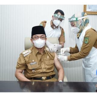 Bupati Inhil HM.Wardan menjalani suntik tahap pertama vaksin covid-19 jenis sinovac