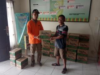 Jhon Pitte Alsi Camat Kuantan Hilir Serahkan Bantuan Banjir Untuk 1.505 Jiwa
