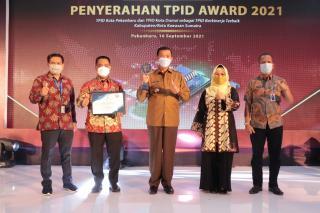 Wali Kota Terima Piala TPID Award 2021 dari Petinggi Bank Indonesia
