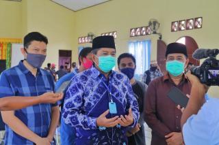 Alfedri didampingi Wakil Ketua I DPRD Siak Fairus, Terima Paket Sembako Dari  PT Multi Persada Servi
