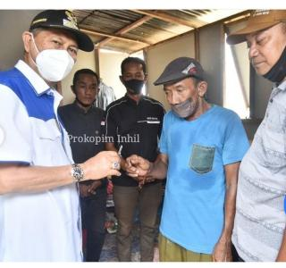 Pembina Orsos MPI H.Syamsuddin Uti, Serahkan Kunci Rumah Layak Huni Kepada Ibu Asiah