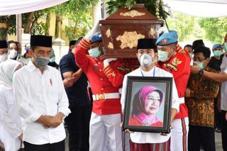 Jokowi-Antarkan-Sang-Ibu-ke-Peristirahatan-Terakhir