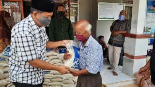 Wakil I Dprd Siak Fairus, S.Ag Bagikan Bantuan Paket Beras Serta Kain Sarung Di Kampung Keranji