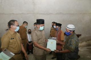 Pemkab Siak serahkan 21 Sertifikat Taskin di Kampung Teluk Rimba.