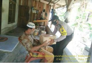 Bhabinkamtibmas Polsek Tualang Laksanakan Penyerahan Bantuan Dari Polda Riau Ke Rumah Warga