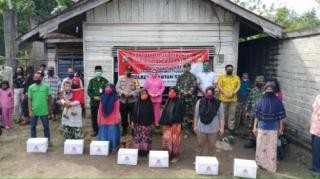 Bupati Mursini Dampingi Kapolres Dalam Pembagian Bansos Kepada Masyarakat Kurang Mampu
