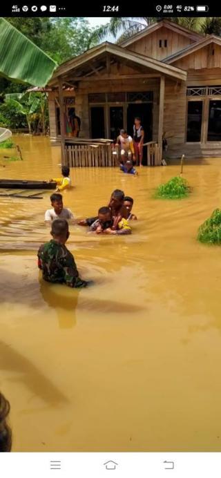 Mengharukan, Anggota Bhabinkamtibmas Polsek Seberida Evakuasi Warga lumpuh Akut.
