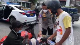 Viral Aksi Polisi Riau Beri Uang ke Keluarga Pemulung di Pinggir Jalan