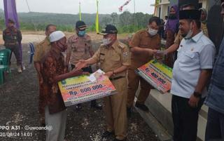 Bupati Pelalawan Serahkan BLT Secara Simbolis di Kelurahan Langgam