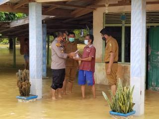 Polres Kuansing Kunjungi Masyarakat  Rambahan yang Terdampak Banjir