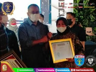 Kemenkum Ham Riau Raih Penghargaan Terbaik Realisasi PNBP Layanan AHU