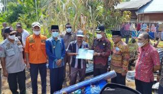 Wabup Meranti H Asmar Salurkan Bantuan Pada Keluarga Dul Korban Kebakaran di Desa Tanjung Bakau