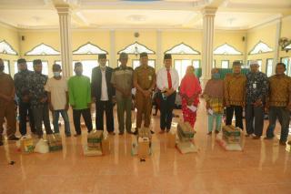 Pjs Bupati Indra serahkan secara langsung zakat tahap IV di Kecamatan Bungaraya.