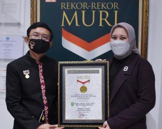 Rezita Meylani Yopi Terima Rekor Muri Sebagai Perempuan Termuda Yang Menjabat Bupati di Indonesia