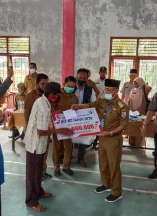 Bupati HM. Harris bersama Ketua DPRD Kabupaten Pelalawan Adi Sukemi Serahkan BLT di Dua Desa