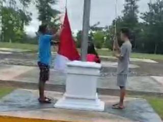 Remaja Bercelana Pendek Viral Turunkan Bendera di Riau Minta Maaf
