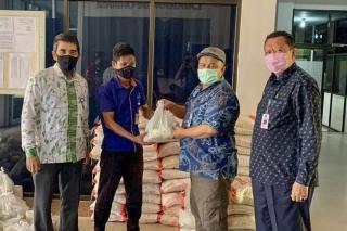 Disnakertrans Riau Salurkan 2.876 Paket Sembako Kepada Tenaga Kerja Korban PHK